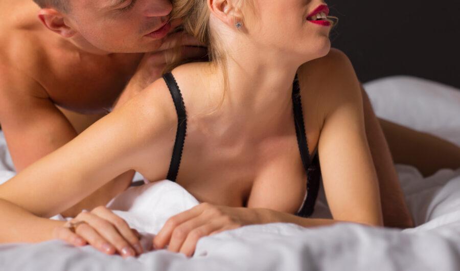 пара на кровати