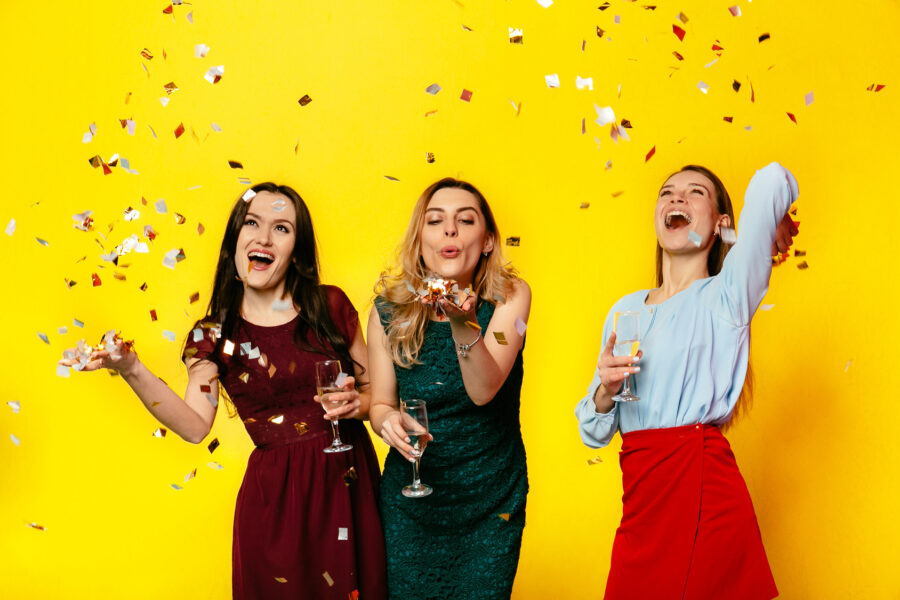 девушки празднуют