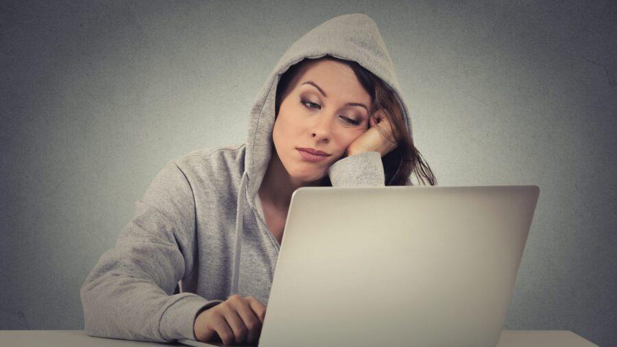 девушка засыпает за ноутбуком