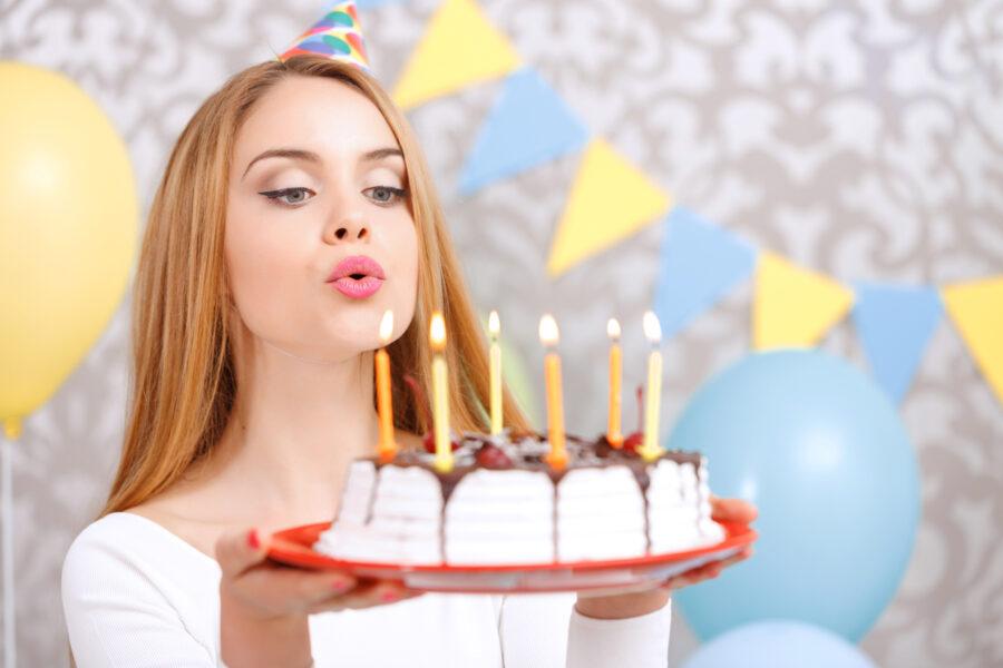 девушка с праздничным тортом