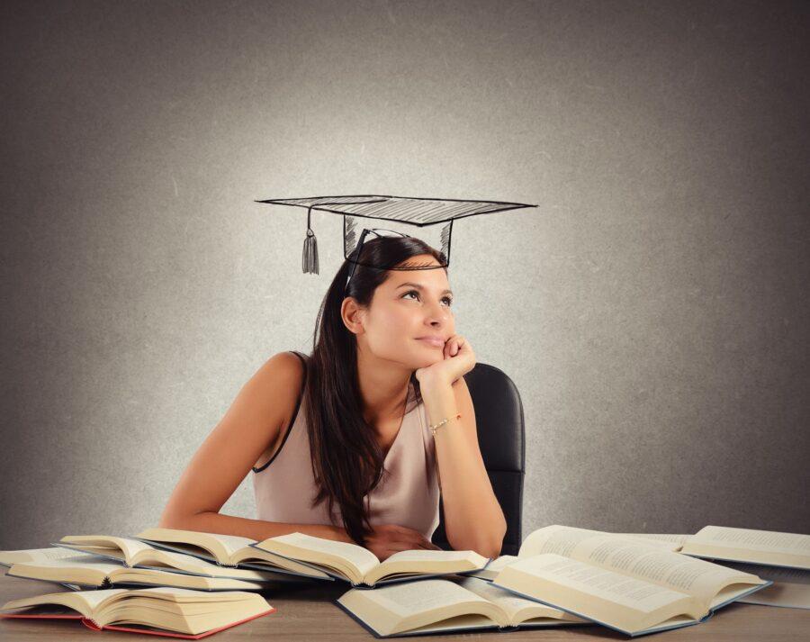 девушка в шапочке выпускника