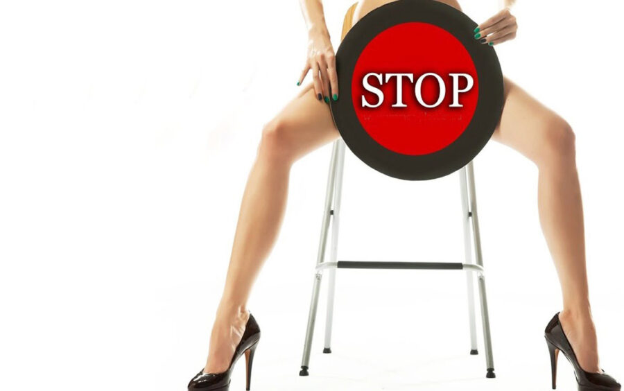 знак стоп между длинных ног
