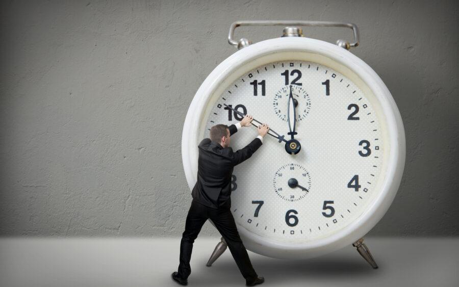 парень оттягивает время