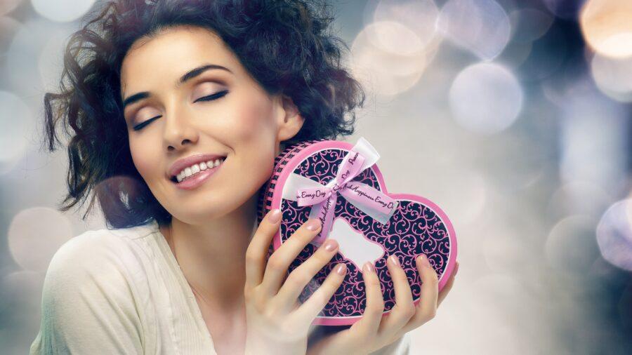 девушка с подарком в виде сердечка