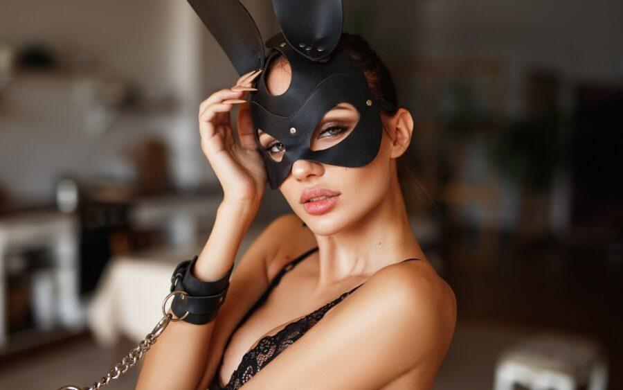женщина в маске зайца