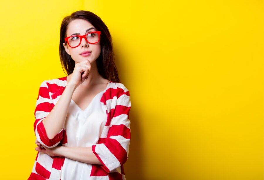 умная девушка в очках
