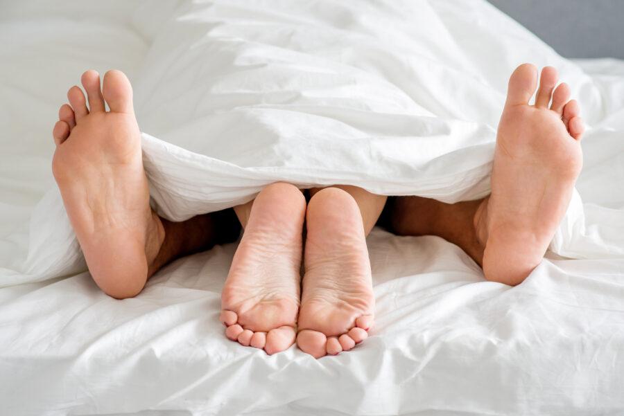 ноги торчащие из-под одеяла