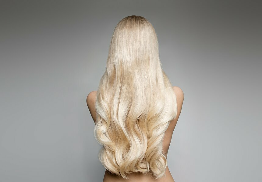 девушка с длинными волосами со спины
