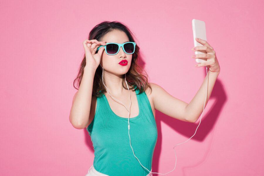 девушка в очках с телефоном