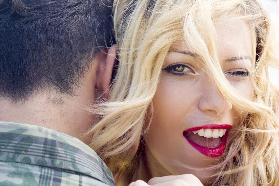 девушка подмигивает с парнем