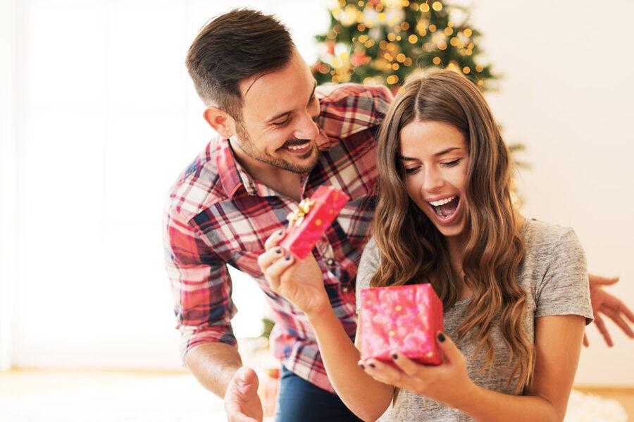 девушка радуется подарку от парня