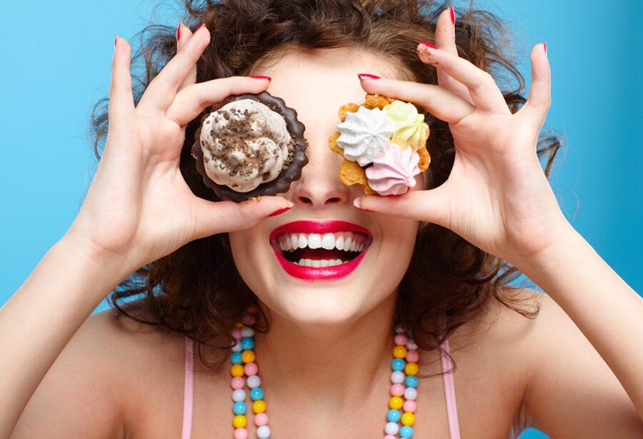 девушка с кексами на глазах