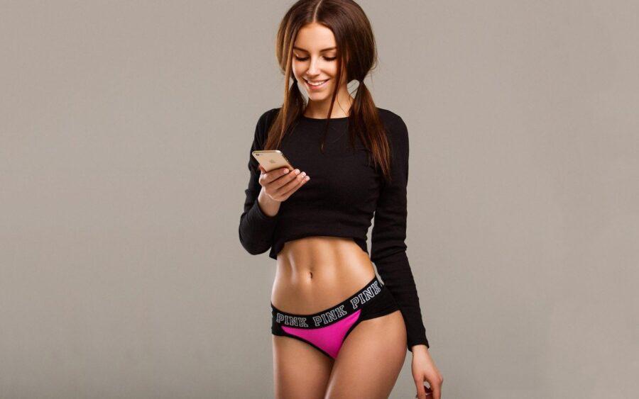 девушка в белье с телефоном
