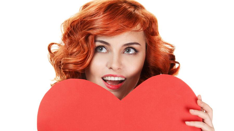 рыжая девушка с сердечком