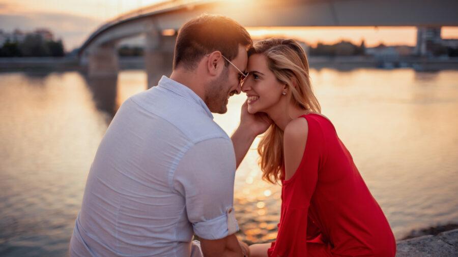 романтичная пара на берегу