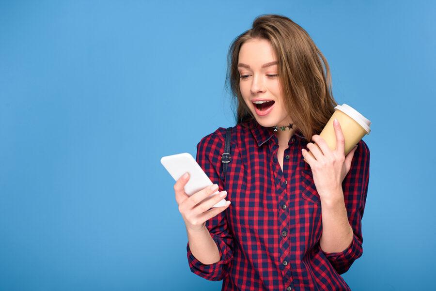 девушка удивленная с телефоном