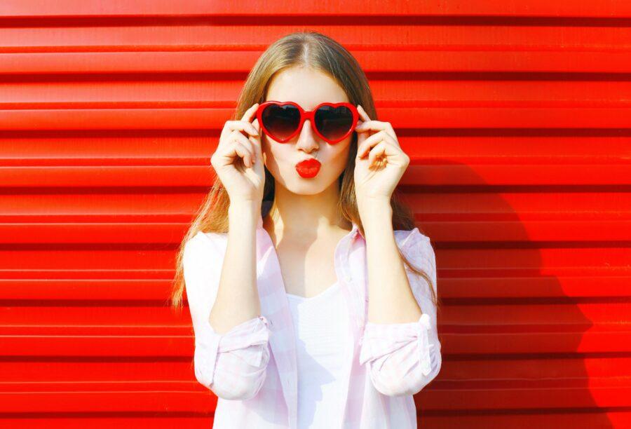 девушка с очками-сердечками