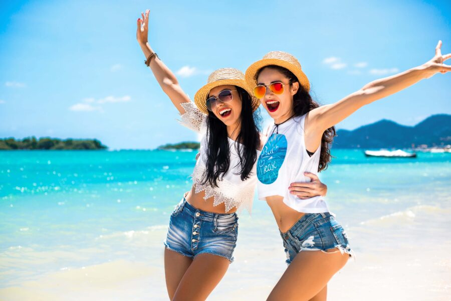 две девушки отдыхают на море