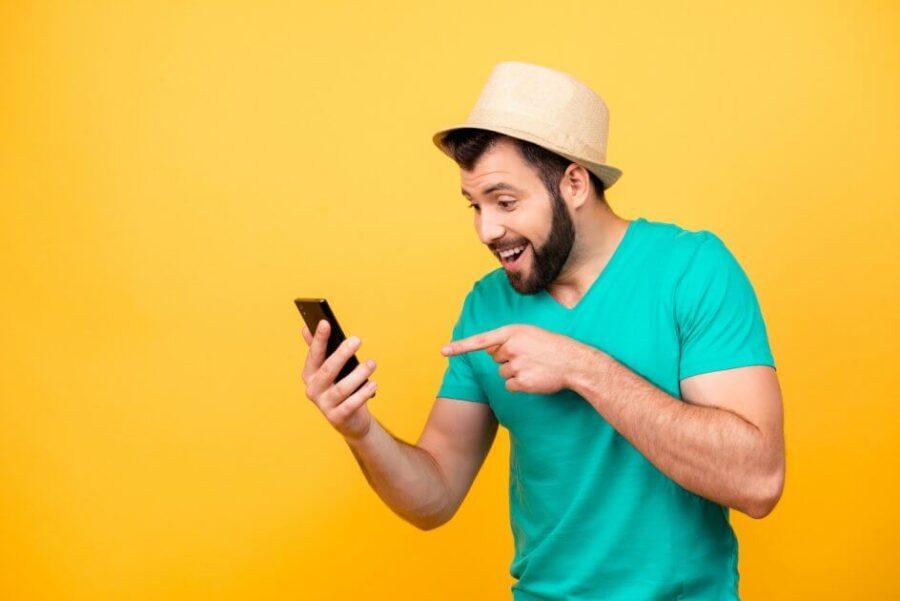 парень указывает на телефон