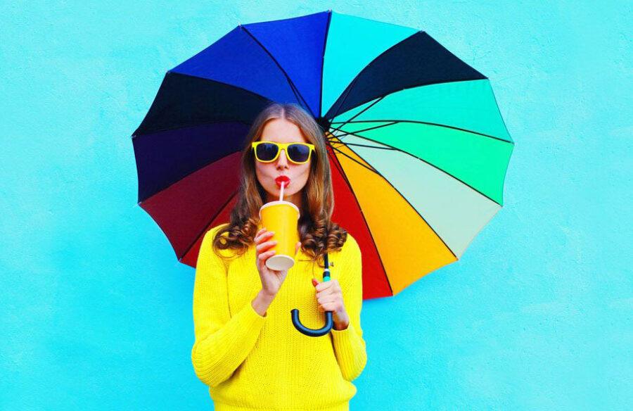 девушка с разноцветным зонтиком