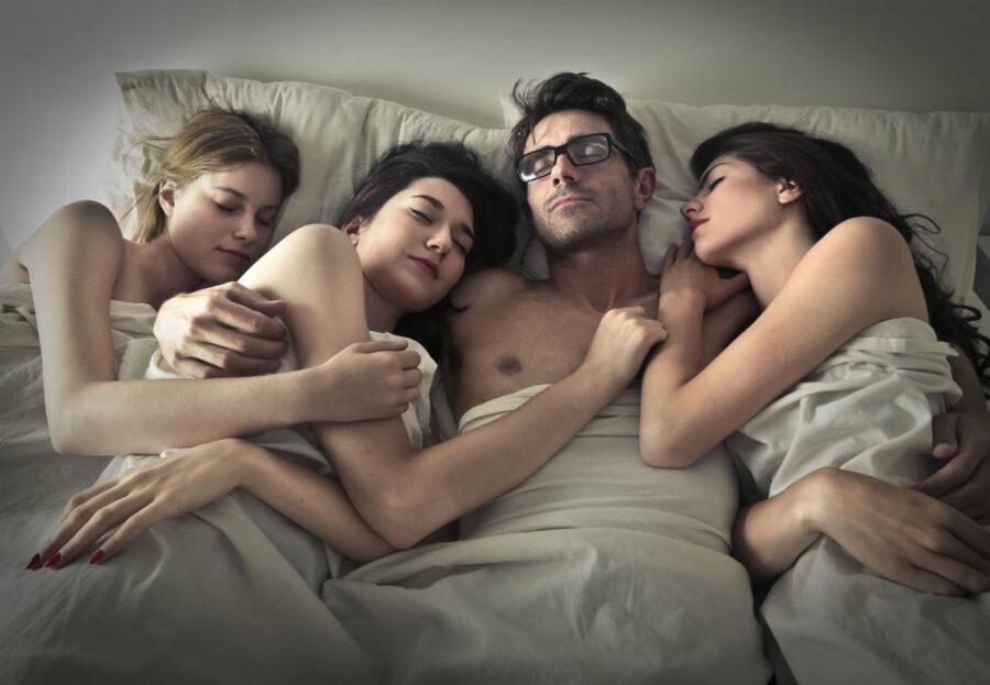 три девушки и парень в постели