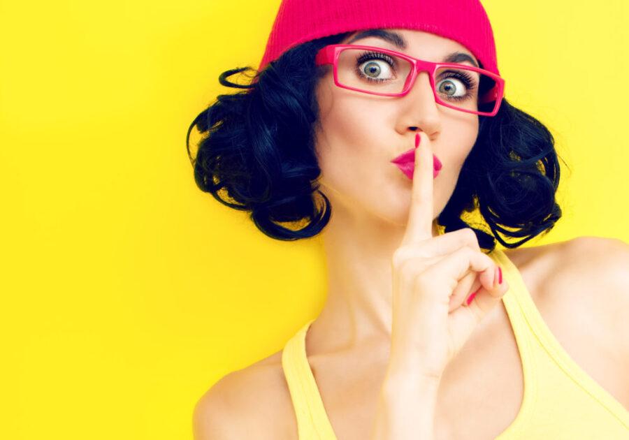 девушка с пальцем у рта