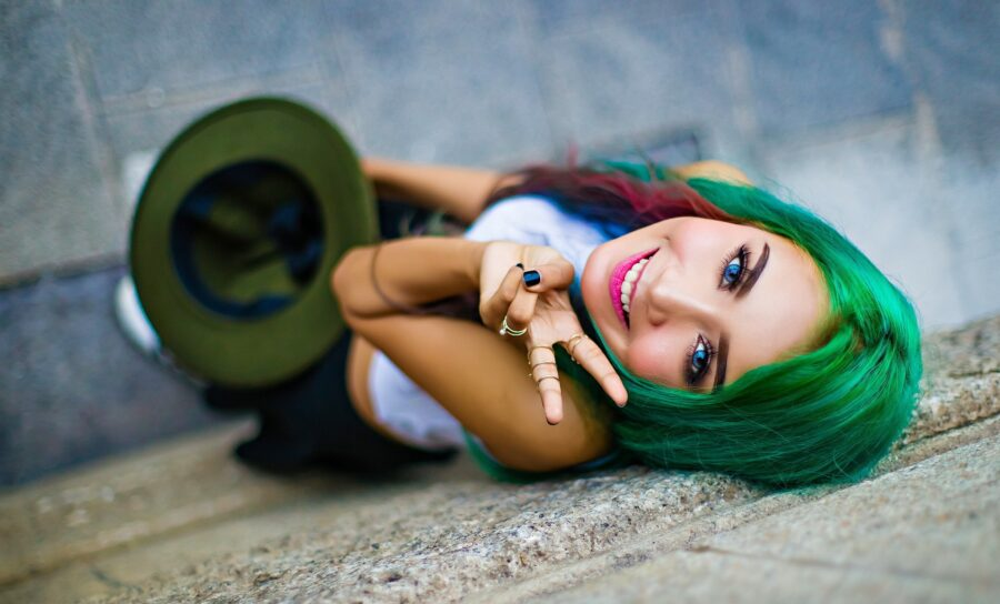 зеленоволосая девушка показывает пис