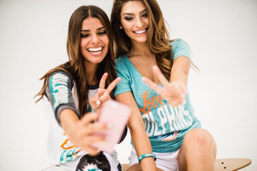 две девушки делают селфи