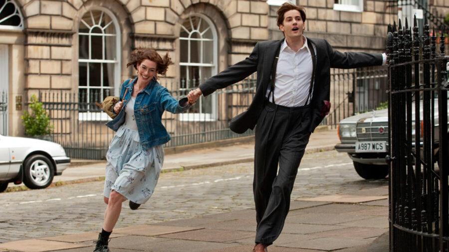 парень и девушка бегут