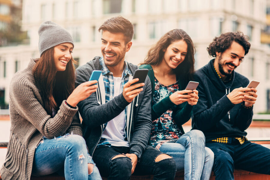 люди на улице с телефонами