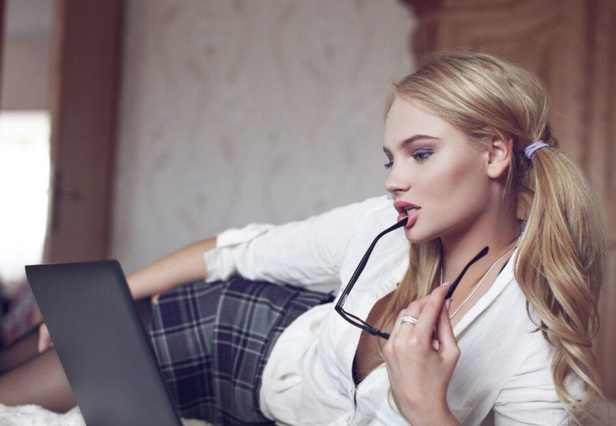 девушка флиртует с ноутбуком