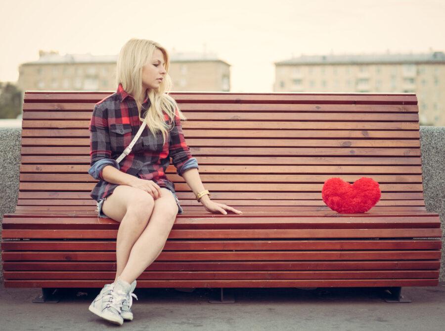 грустная девушка на лавочке