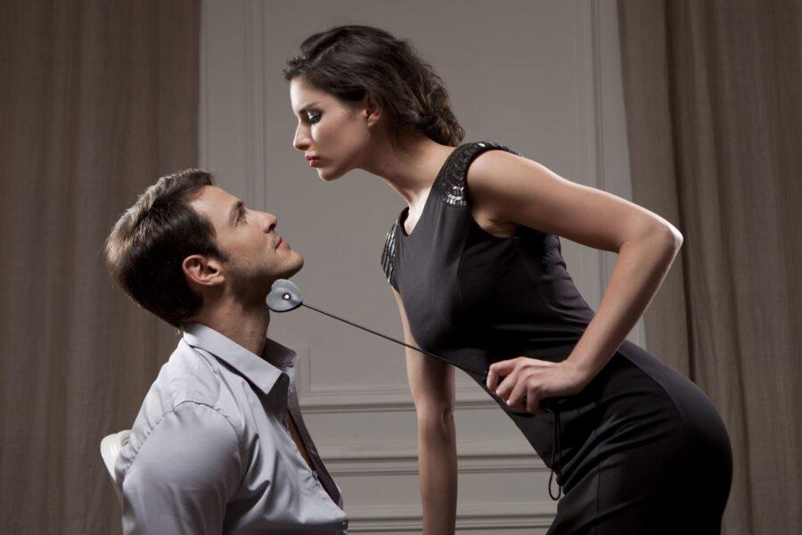 женщина с плеткой над парнем