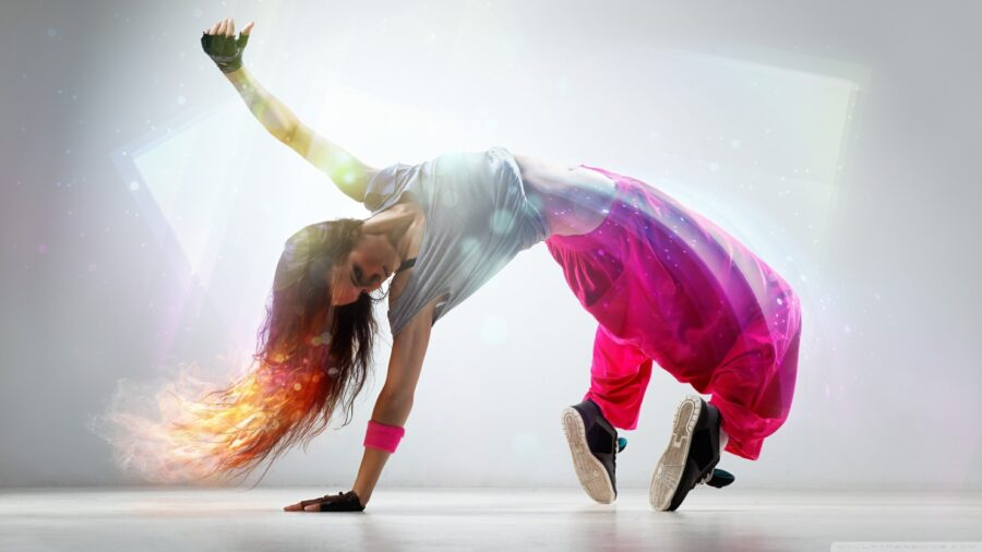 девушка танцует хип хоп