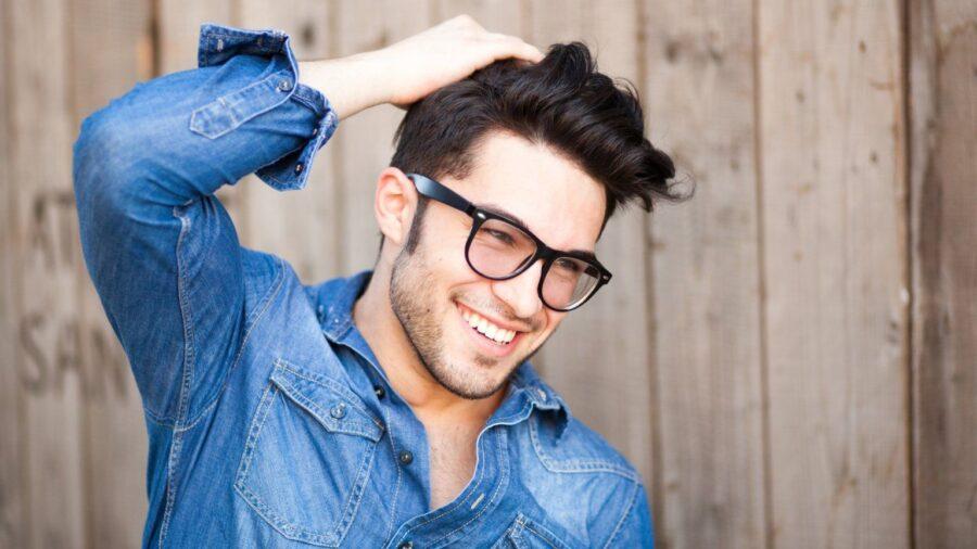 парень в очках улыбается