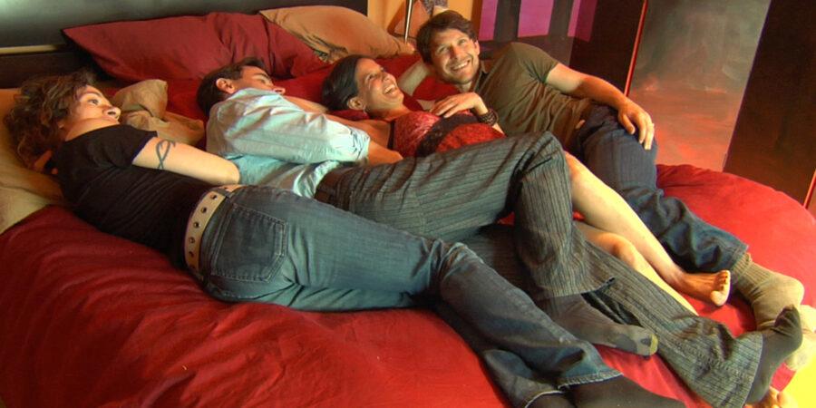 две пары в кровати