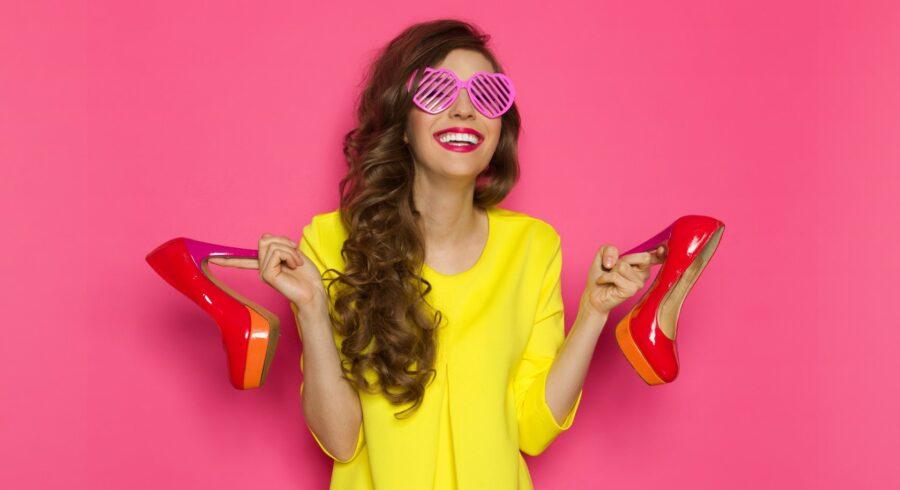 девушка держит туфли
