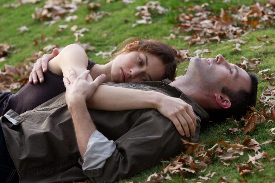 девушка и парень на траве