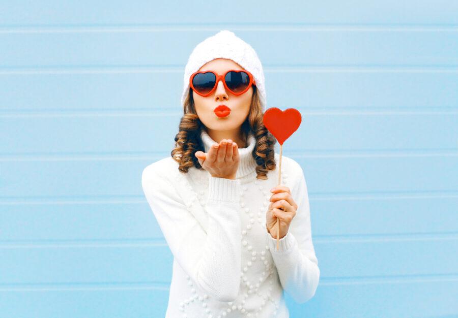 девушка шлет воздушный поцелуй