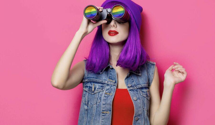 девушка с фиолетовыми волосами и биноклем