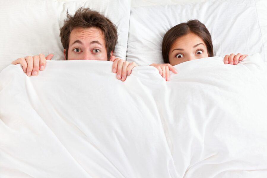 удивленная пара в постели
