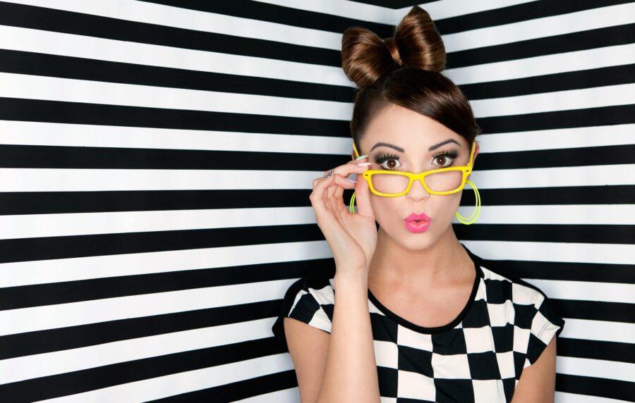 удивленная девушка в желтых очках