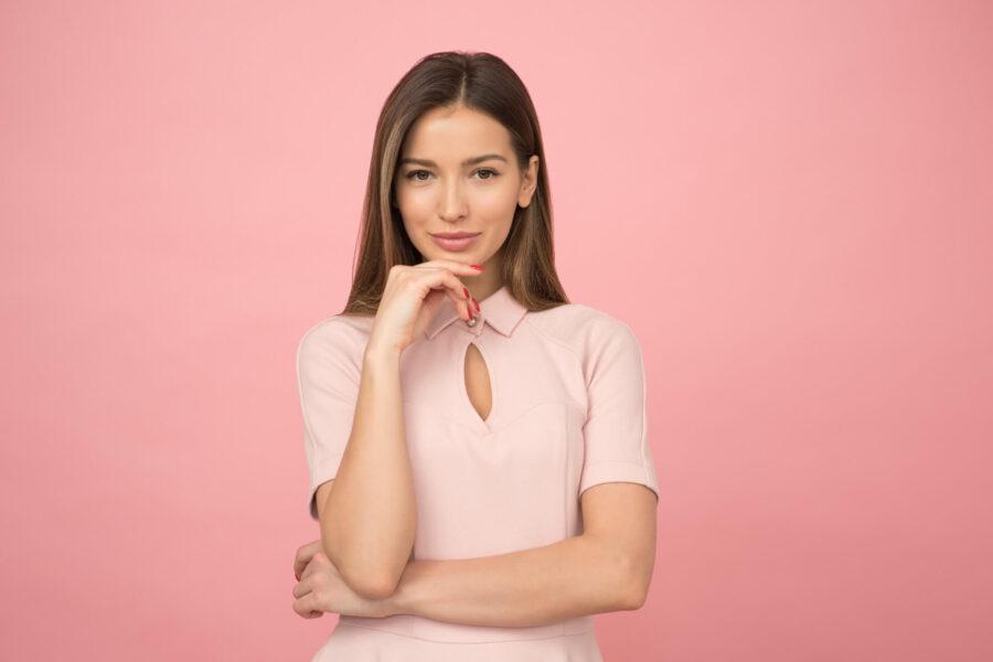 девушка в розовом задумалась