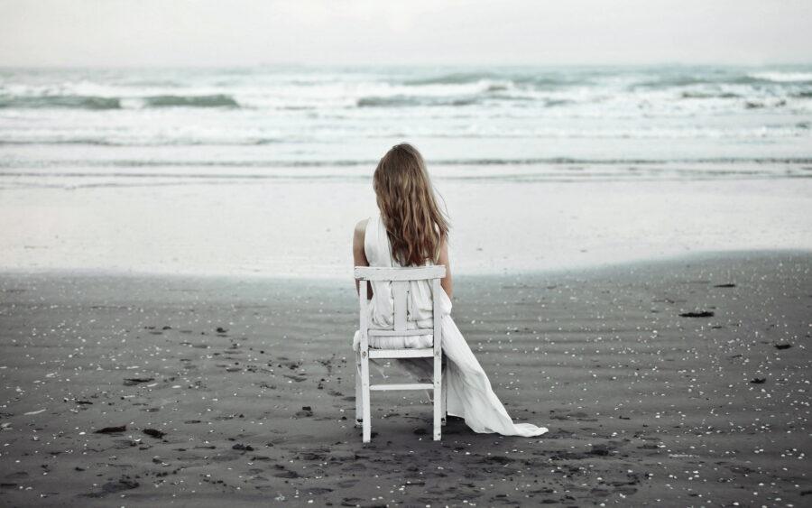 грустная девушка на берегу