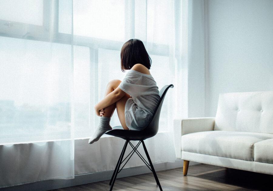 грустная девушка дома
