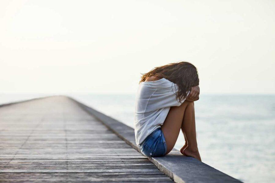 грустная девушка на пирсе