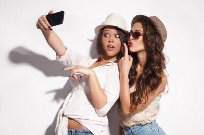 100 смешных статусов для подруг, которые поднимут настроение