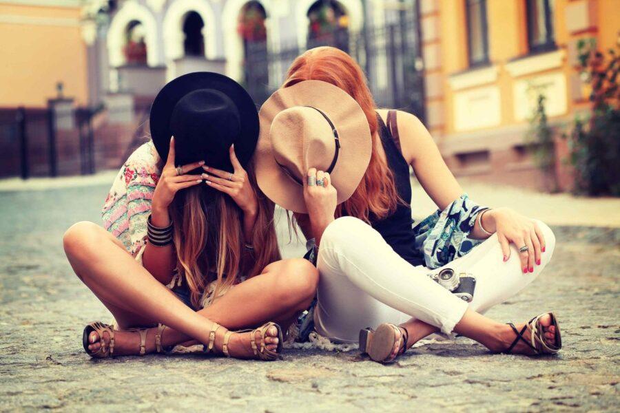 две подруги с шляпками