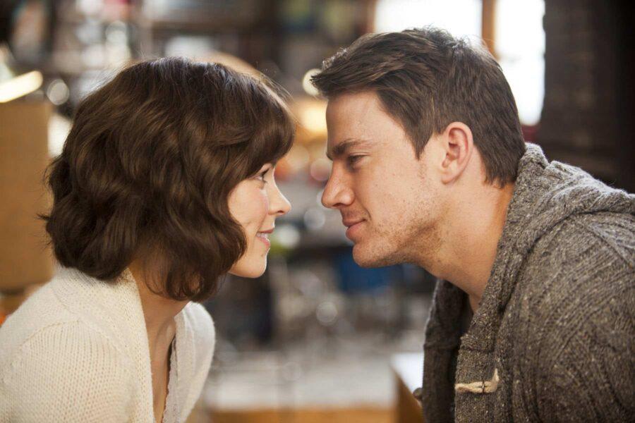 девушка и парень хотят поцеловаться
