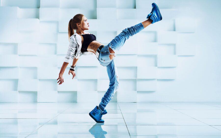девушка высоко поднимает ногу